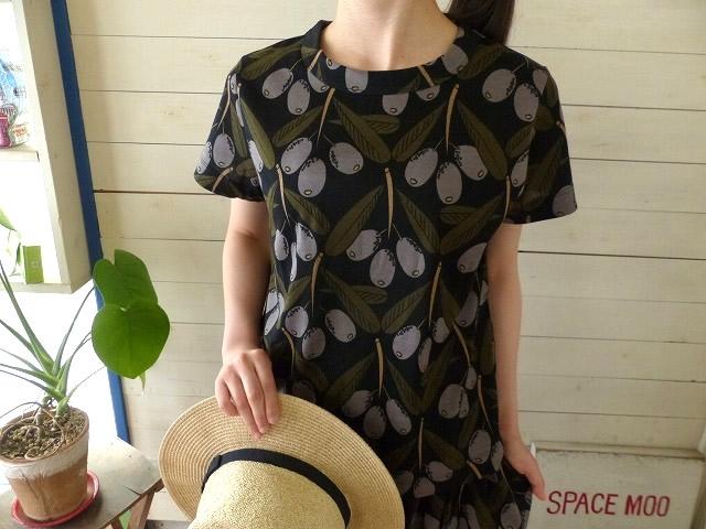商品「peu pres daily(プープレ) オリーブプリント総柄Tシャツ」の商品画像